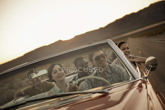 Friends in convertable car on a road trip. — Stock Photo