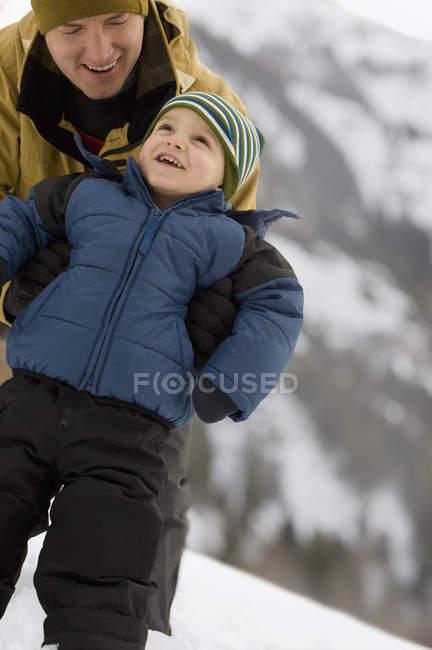 Mann mit Kind gegen die Kälte eingewickelt — Stockfoto