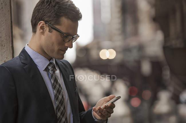 Uomo d'affari che guarda il suo telefono . — Foto stock