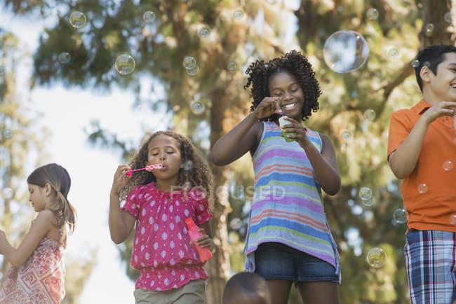 Дітей, що грають на відкритому повітрі — стокове фото
