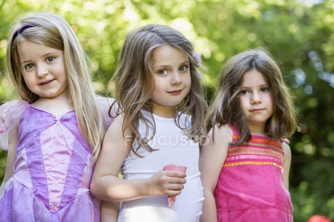 Три улыбающиеся девушки — стоковое фото