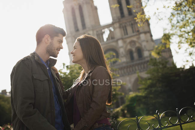 Couple in front of Notre Dame cathedral. — Stock Photo