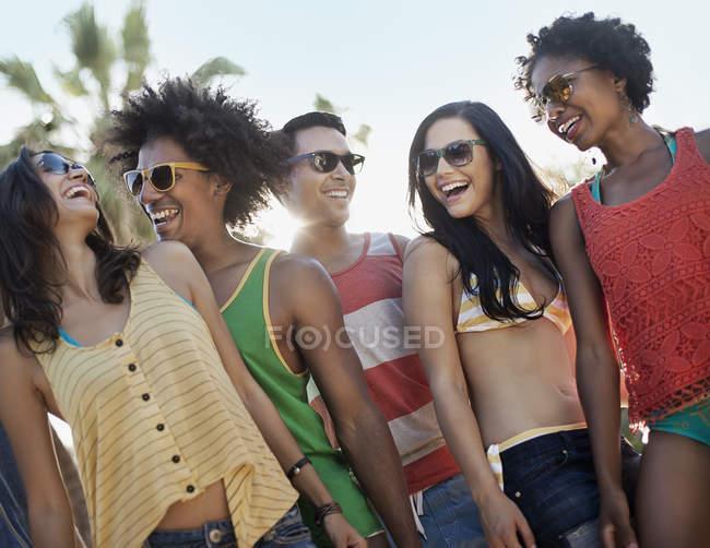 Freunden zusammen hängen, feiern — Stockfoto