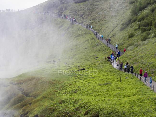 Wanderer auf dem Weg in Richtung Gullfoss Wasserfall — Stockfoto