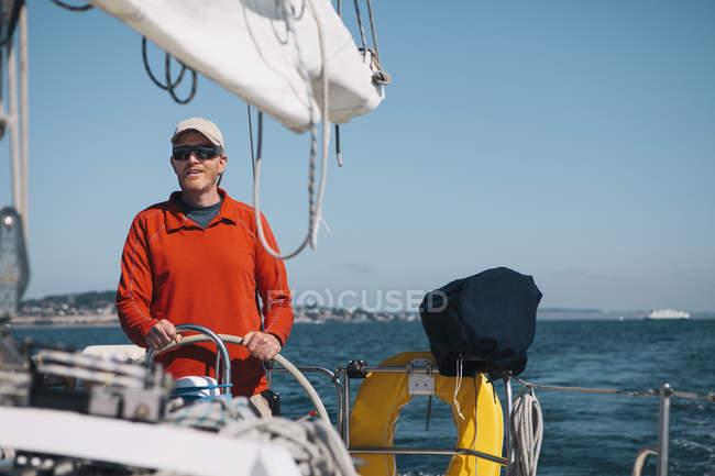 Мужчина средних лет, управляющий парусником — стоковое фото
