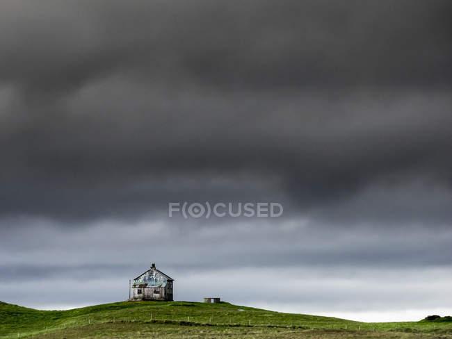 Scheune auf dem Kamm eines Hügels — Stockfoto