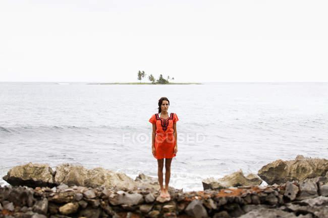 Женщина на пляже на пасмурный день — стоковое фото