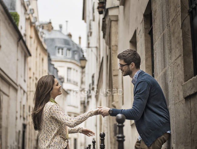 Couple holding hands on a city street. — Stock Photo