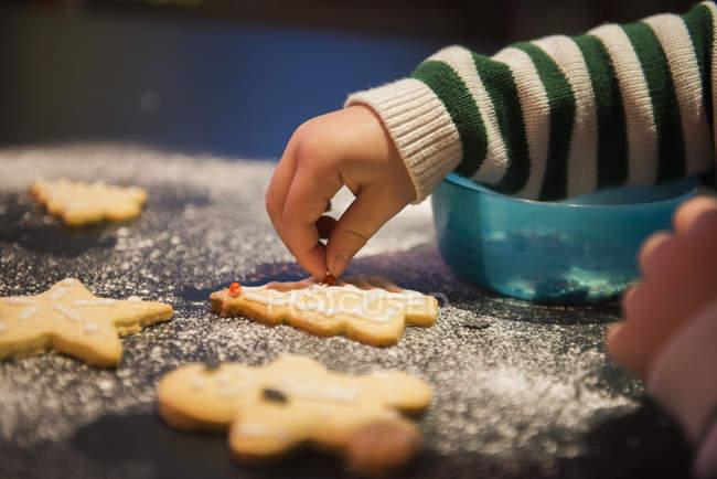 Niño decoradas galletas de Navidad - foto de stock