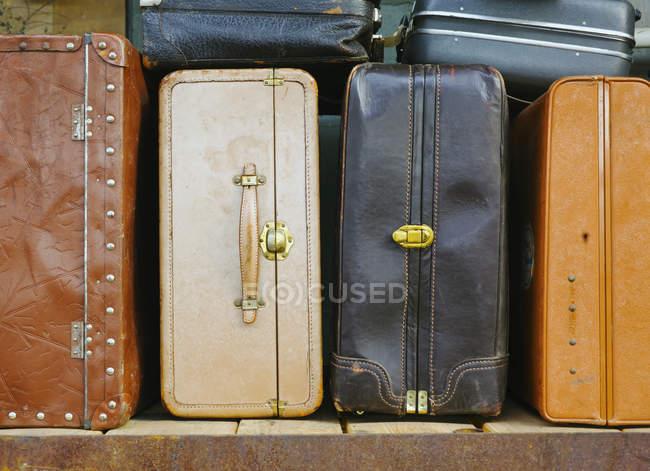 Prateleiras de bagagem, malas velhas — Fotografia de Stock