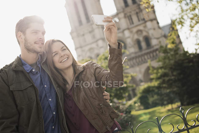 Couple taking a selfy at Notre Dame cathedral — Stock Photo