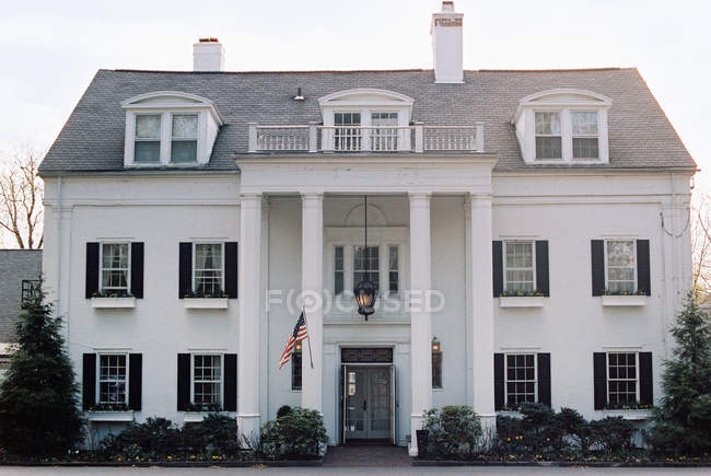 Facciata dell'hotel con pilastri e grande ingresso — Foto stock