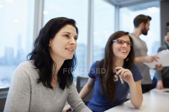 Жінки, які сидять за столом — стокове фото
