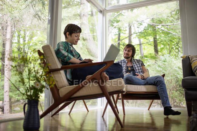 Mann und Frau sitzen zusammen — Stockfoto