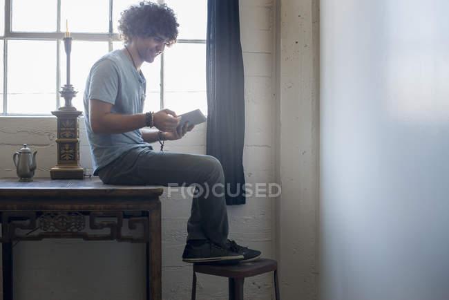Homem usando um tablet digital . — Fotografia de Stock