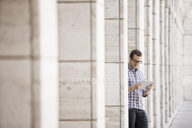 Uomo rilassante e controllare il suo telefono — Foto stock