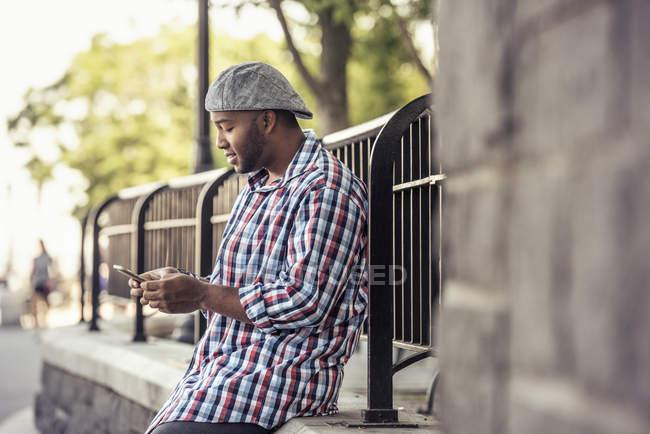 Man betrachtet ein smart phone — Stockfoto