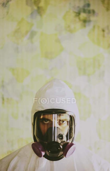 Человек в дыхательном аппарате — стоковое фото