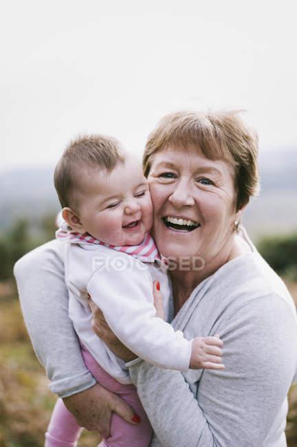 Femme tenant un jeune bébé — Photo de stock