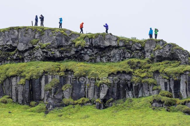 Туристы на скалах вблизи Гульфосс — стоковое фото
