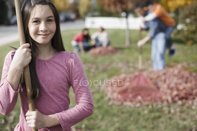 Mädchen mit einem Laubbesen — Stockfoto