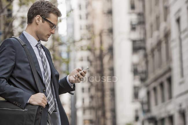Geschäftsmann im Arbeitsanzug auf der Straße — Stockfoto