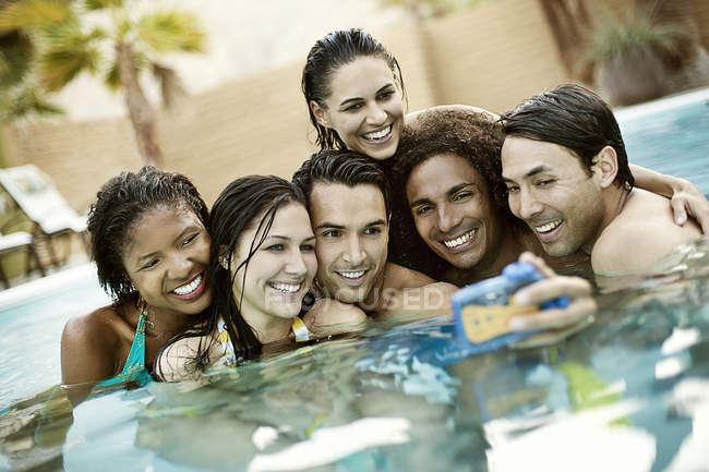 Uomini e donne in piscina — Foto stock