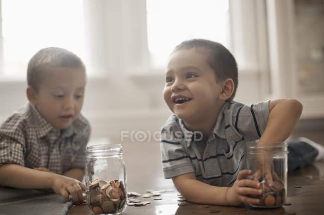 Dos niños jugando con monedas - foto de stock