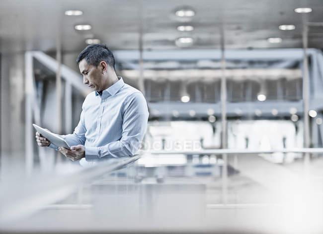 Mann sucht bei digitalen tablet — Stockfoto