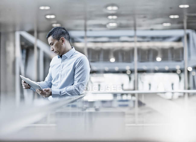 Hombre mirando la tableta digital - foto de stock