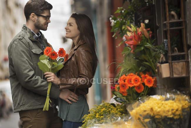 Casal por uma banca de flores na cidade — Fotografia de Stock
