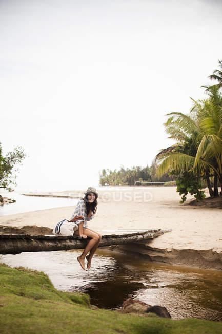 Женщина на деревянный мост через небольшой ручей — стоковое фото