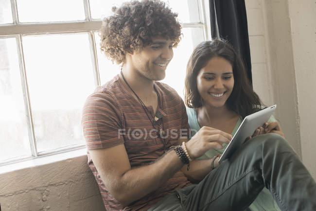 Couple utilisant une tablette numérique. — Photo de stock