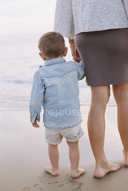 Mujer con mano de su hijo. - foto de stock