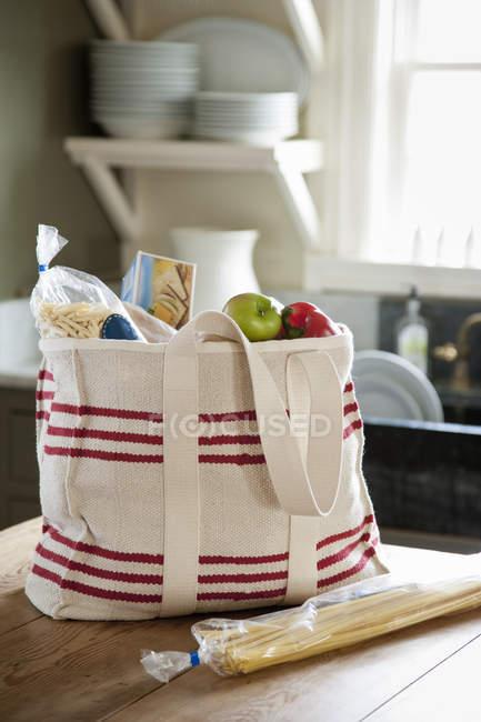 Grand sac et une baguette — Photo de stock