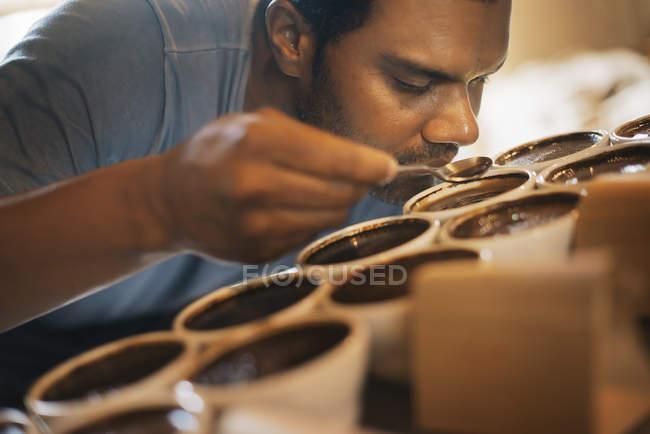Procedura di campionamento in un capannone per la lavorazione del caffè — Foto stock
