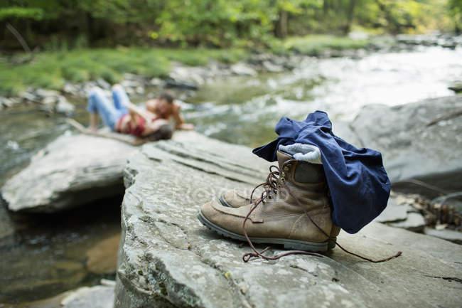 Чоловік і жінка на скелях — стокове фото