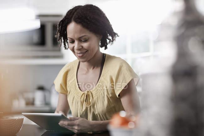 Femme utilisant une tablette numérique — Photo de stock
