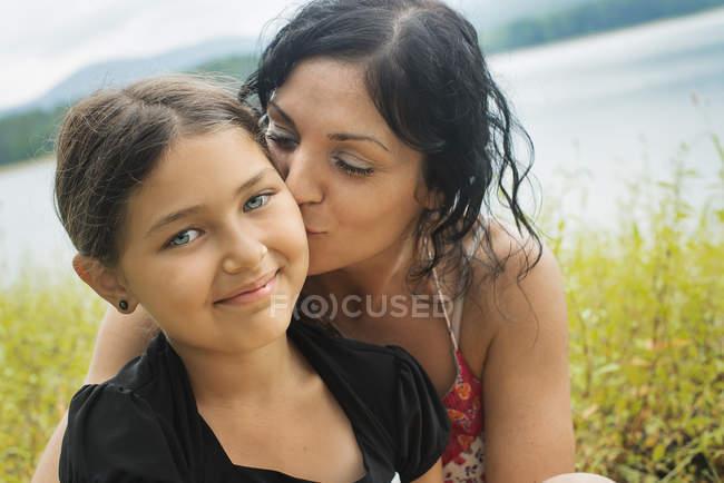 Мати і дочка на березі озера. — стокове фото