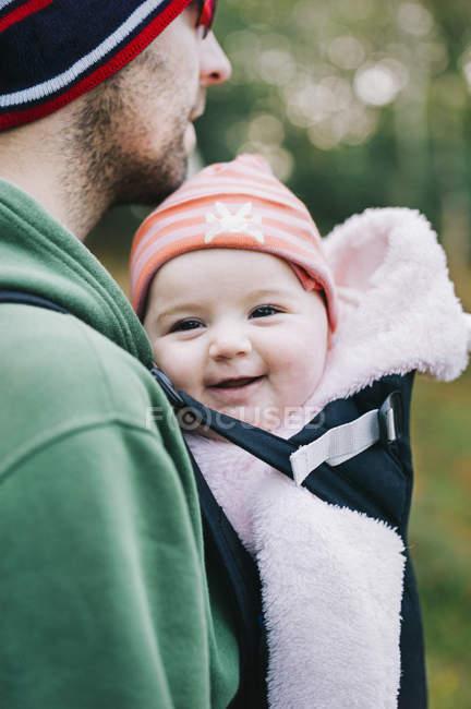 Homme et un petit bébé à l'extérieur en hiver . — Photo de stock