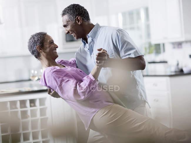 Взрослые афро-американские танцы — стоковое фото