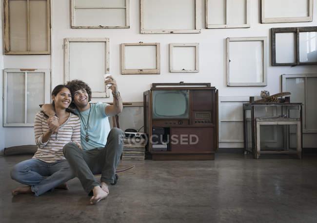Coppie che catturano un selfy nella loro casa — Foto stock