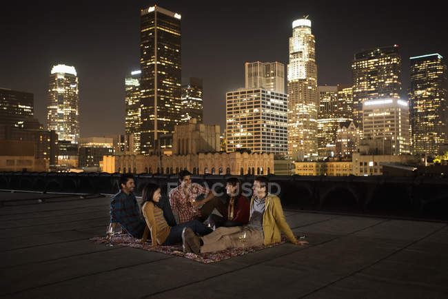 Amigos reunidos em um terraço no último piso — Fotografia de Stock