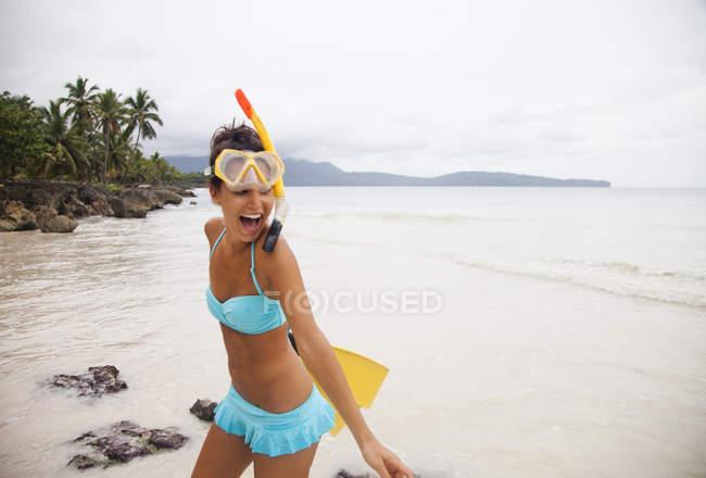 Женщина, одетая в бикини на уединенном пляже — стоковое фото