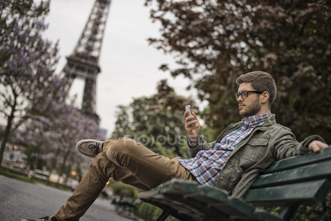 Man sitting on a park bench — Stock Photo