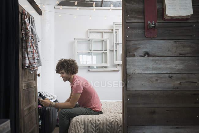 Homem usando um telefone inteligente . — Fotografia de Stock