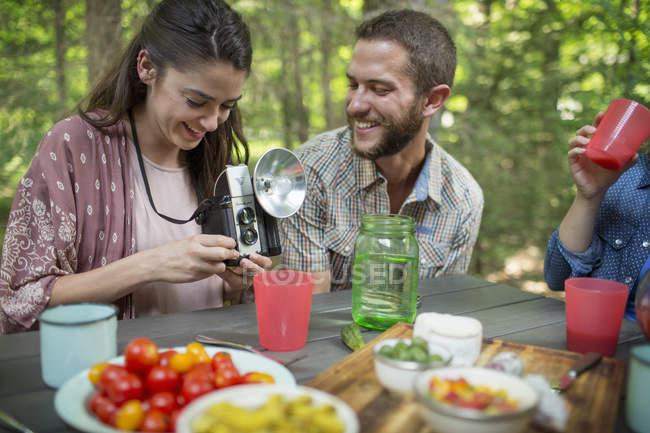 Люди, сидящих на еду вокруг стола — стоковое фото