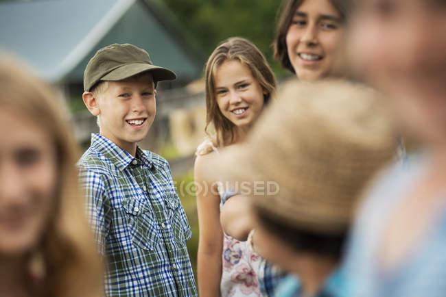 Groupe d'enfants, adolescents — Photo de stock