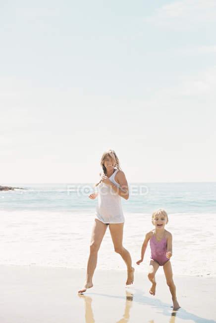 Женщина с дочерью на пляже . — стоковое фото