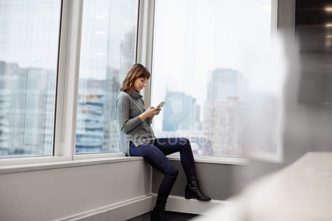 Frau mit Smartphone. — Stockfoto